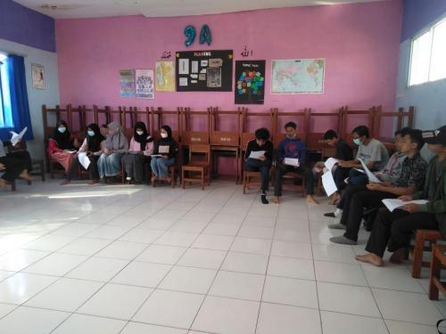 Siswa mempersiapkan sosiodrama Keteladanan Sahabat untuk ujian praktek terintegrasi